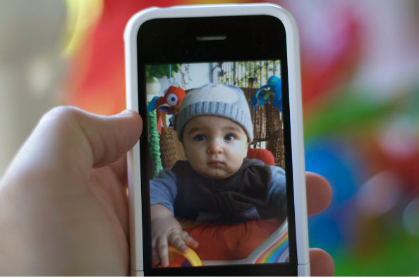 Bebé siendo grabado en el teléfono